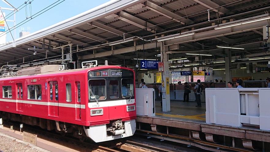 横浜駅2番線を走る京急電車