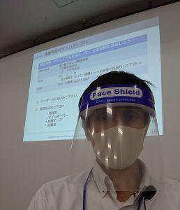 フェースシールドとマスクを着用した講師